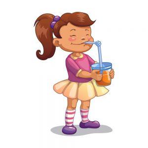 dziecko pijące sok z aronii