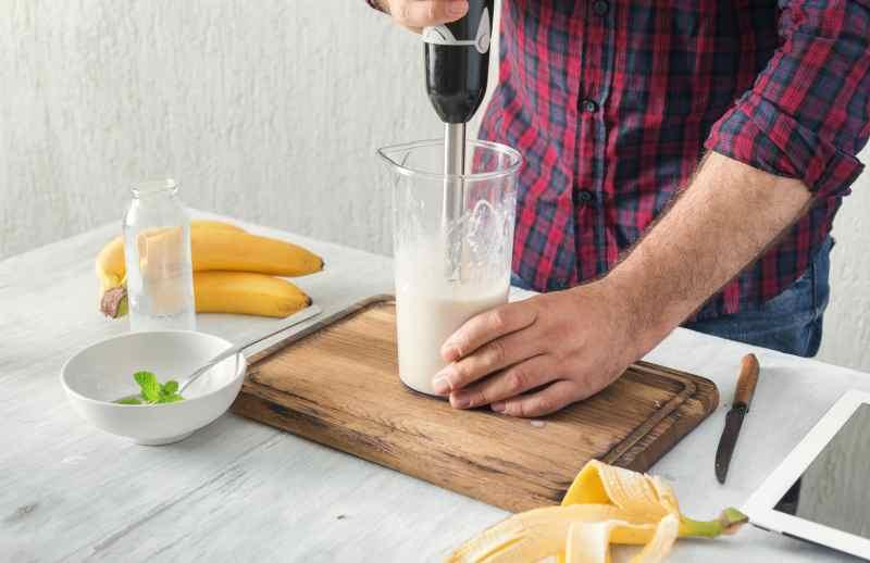 Banany w blenderze ręcznym