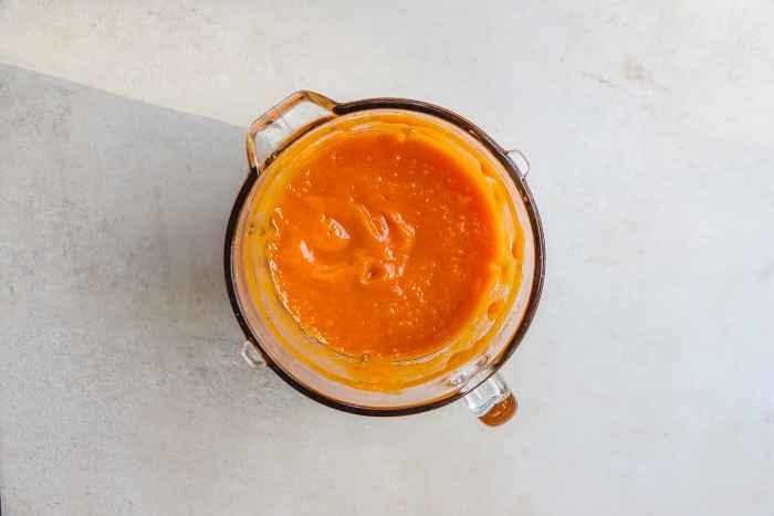 Siekanie surowej marchewki przy pomocy blendera