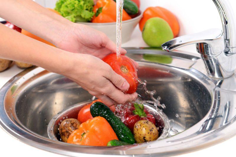 mycie warzyw i owoców w zlewie