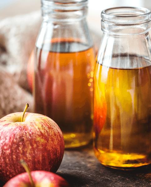 sok z jabłek przechowywany w szklanych naczyniach