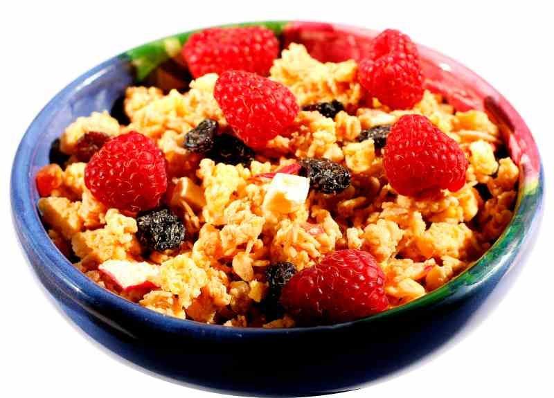 Pożywne śniadanie owoce z płatkami