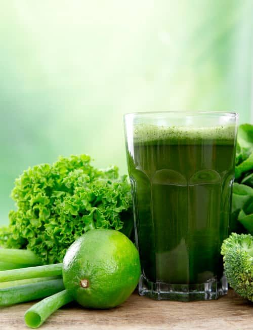 zielony sok w szklance z warzyw
